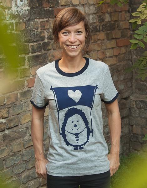 Ingel Ingo mit Fahne der Liebe - Fair Wear Unisex T-Shirt - Blau/Grau